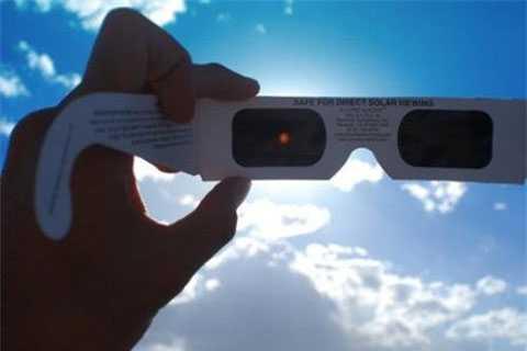 Các tấm lọc mặt trời có tác dụng chặn tới 99% ánh sáng khả kiến và 100% các tia hồng ngoại và tử ngoại gây hại cho mắt.