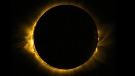 Nếu muốn chụp lại khoảnh khắc đẹp của   hiện tượng thiên nhiên kỳ thú này, bạn cần 1 chiếc máy ảnh siêu zoom.   Tất nhiên, máy ảnh cần được lắp bộ lọc chuyên dụng cho quan sát   mặt trời. Ngoài ra, bạn có thể lắp máy ảnh qua kính thiên văn   loại nhỏ, kèm theo đó là bộ lọc chuyên dụng.