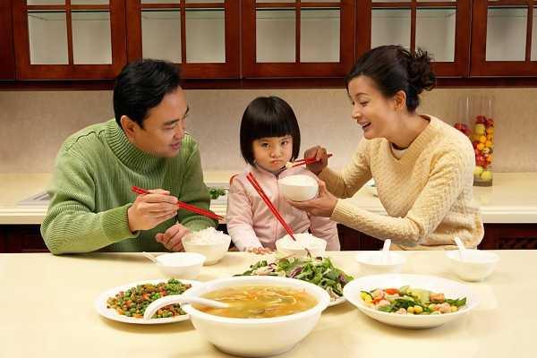 Được quây quần chăm sóc chồng con bên mâm cơm gia đình là mong muốn của rất nhiều phụ nữ - Ảnh: T.L