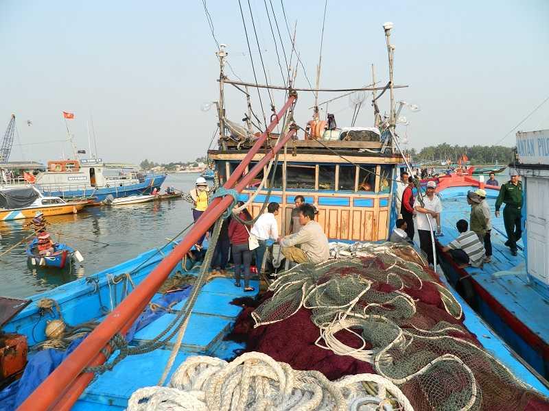 Tàu cá của ngư dân Quảng Nam bị tàu hải cảnh Trung Quốc tấn công khi đang đánh bắt cá trên vùng biển thuộc chủ quyền của Việt Nam.