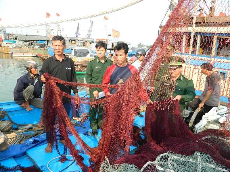 Những người trên tàu Hải cảnh Trung Quốc còn ngang nhiên cướp các tài sản, phá ngư cụ có trên tàu cá của ngư dân Quảng Nam.