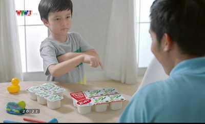 Quảng cáo sữa chua Ba Vì sai quy luật toán học, dạy trẻ em cách cộng trừ sai. Ảnh cắt từ clip quảng cáo.