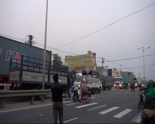 Lực lượng chức năng điều tiết lưu thông tại hiện trường vụ tai nạn