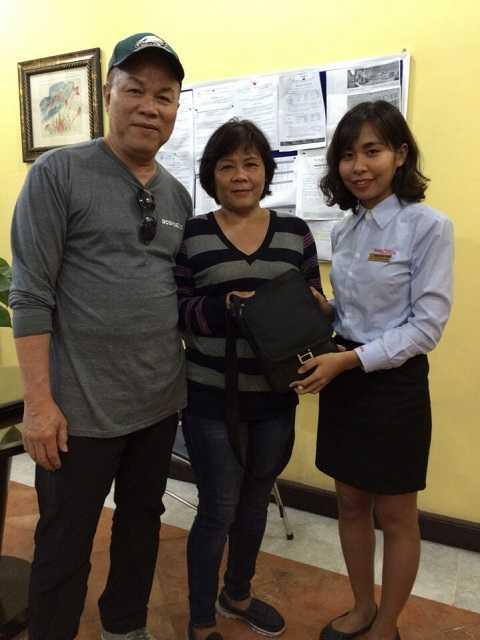 Hai du khách David Pham và Luna Nguyen được nhân viên Ba Na Hills trao trả tài sản