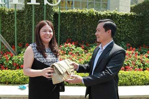 Nhân viên Ba Na Hills trao trả tài sản cho du khách Nguyễn Thị Thúy