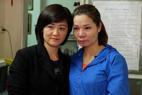 Dù khi biết chị Trang không phải em ruột, nhưng chị Vân (trái) vẫn thương yêu như máu mủ suốt 40 năm qua.
