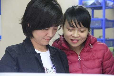 Chị Vân cho PV xem những tấm hình cũ của gia đình.