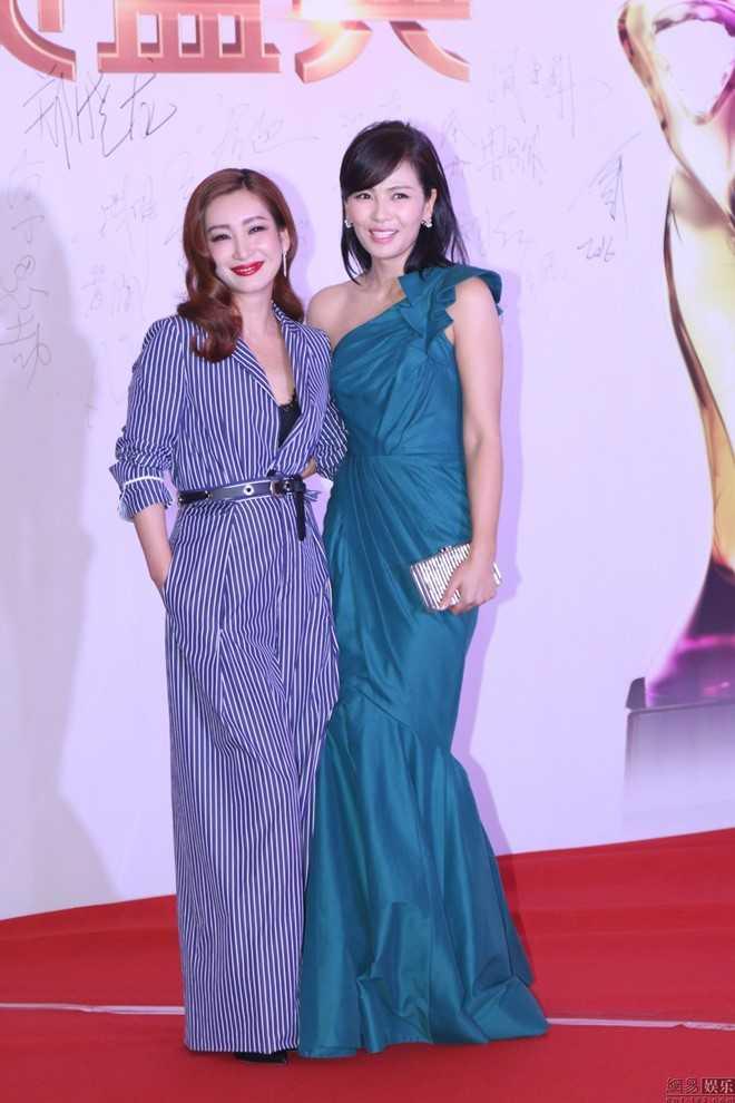 Tối 8/3, sự kiện thảm đỏ lễ trao giải Chất lượng truyền hình quốc gia tổ chức tại Thượng Hải với sự có mặt của nhiều tên tuổi hàng đầu. Lưu Đào (váy xanh) sóng đôi bên nữ diễn viên Tần Hải Lộ.
