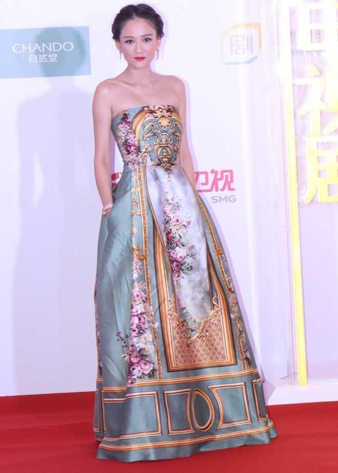 Trần Kiều Ân khoe dáng mảnh mai trong bộ váy cúp ngực, họa tiết hoa văn tinh tế.