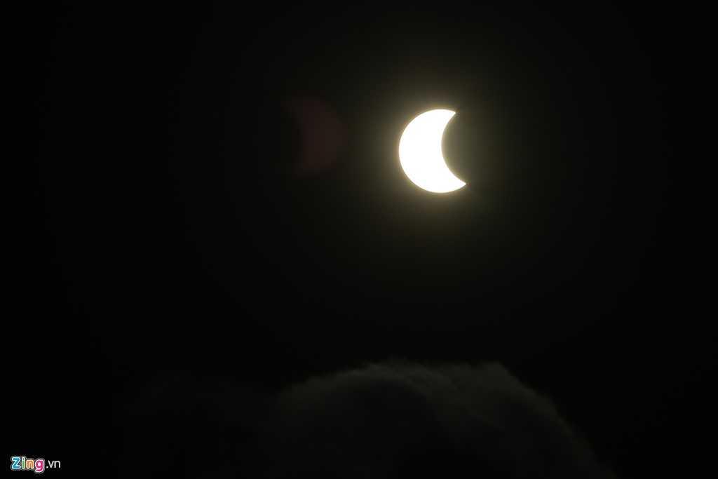 Vào lúc 7h00 hiện tượng nhật thực một phần xuất hiện. Đến 7h10 mặt trăng bắt đầu dần