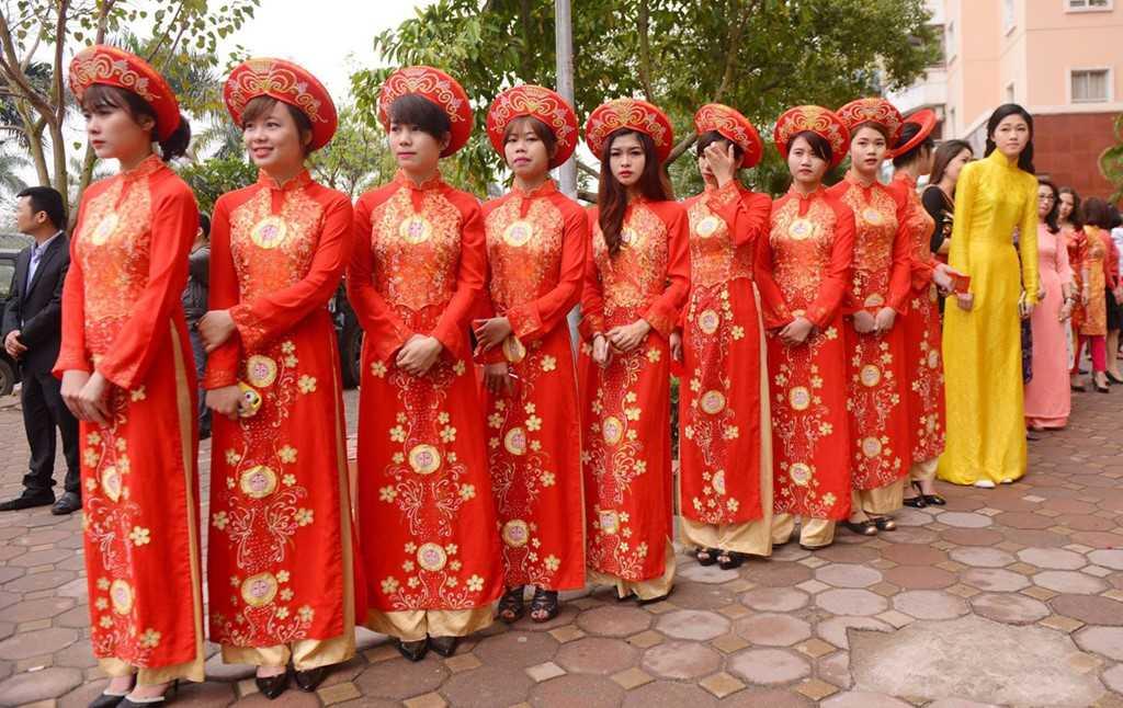 Phía dưới sảnh, đội ngũ bê tráp diện áo dài đỏ đã sẵn sàng. Em gái Trà My (áo dài màu vàng) cũng tất bật chuẩn bị cho lễ ăn hỏi của chị.