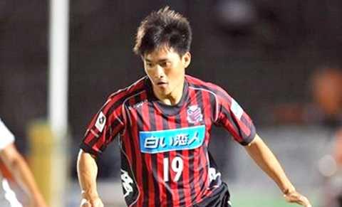 Công Vinh trong màu áo Sapporo  thi đấu ở J-League 2 mùa giải 2013
