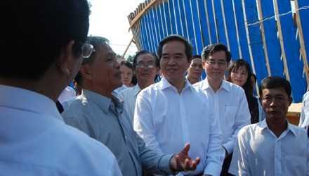 Ủy viên Bộ Chính trị, Thống đốc Nguyễn Văn Bình với ngư dân.