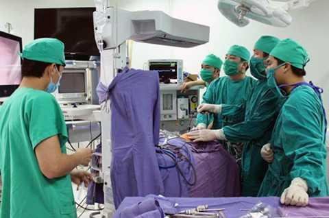 Các bác sỹ tiến hành phẫu thuật cho bệnh nhi bị xoắn lá lách