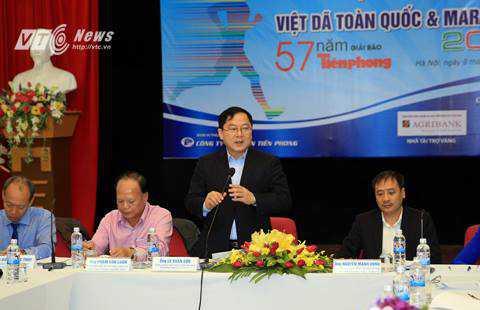 Ông Lê Xuân Sơn, Tổng biên tập Báo Tiền Phong, Trưởng BTC giải phát biểu tại buổi họp báo (Ảnh: Thành Phạm)