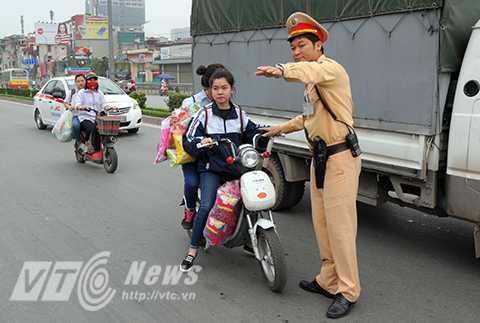 Học sinh Hà Nội không đội mũ bảo hiểm rất phổ biến