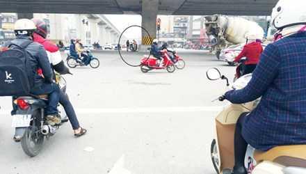 Trước việc mũi tên đường tại nút Thanh Xuân, Trung Hòa chỉ rẽ trái không kết hợp với đi thẳng, Tổng cục Đường bộ yêu cầu phải sửa, tránh việc người dân bị phạt oan. Ảnh: Anh Trọng