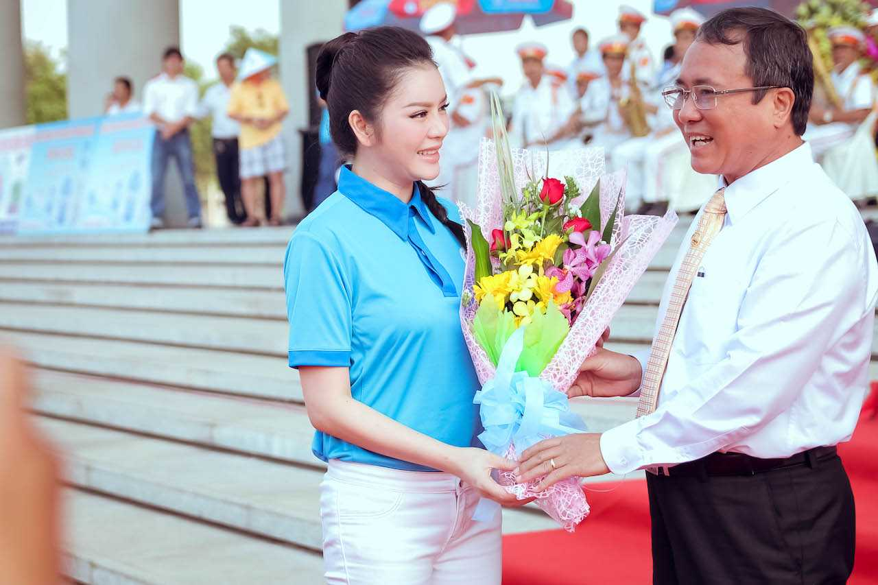 Ông Trần Văn Nam, Bí thư tỉnh uỷ Bình Dương tặng hoa cho Lý Nhã Kỳ- Phó chủ tịch nữ đầu tiên của liên đoàn xe đạp mô tô thể thao Việt Nam.