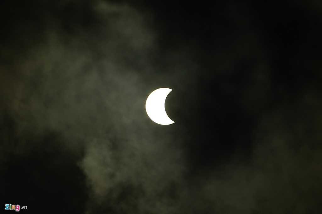 Nhật thực lúc 7h21' trên bầu trời TP.HCM - Ảnh; Zing