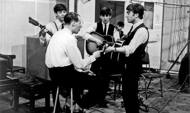 George Martin và The Beatles thu âm ca khúc 'From Me to You' năm 1962. (Nguồn: BBC/EMI Music)