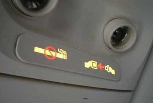 Ghế ngồi trên máy bay luôn có cảnh báo cấm hút thuốc lá.