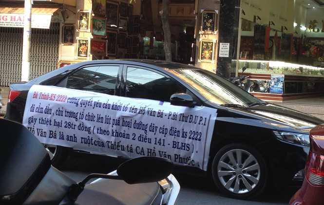 Bà Trinh lái ô tô căng băng rôn bêu tên cán bộ chạy khắp thành phố