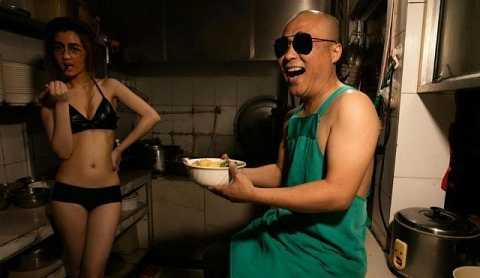 Các chủ hàng ăn ở Sơn Đông thuê mẫu mặc thiếu vải để hút khách. Ảnh Shanghaiist