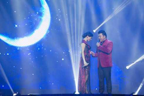 Người đẹp song ca cùng Quang Lê.