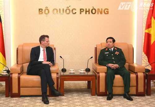 Đại tướng Phùng Quang Thanh tiếp Quốc vụ khanh Quốc phòng Đức - Ảnh: Hồng Pha