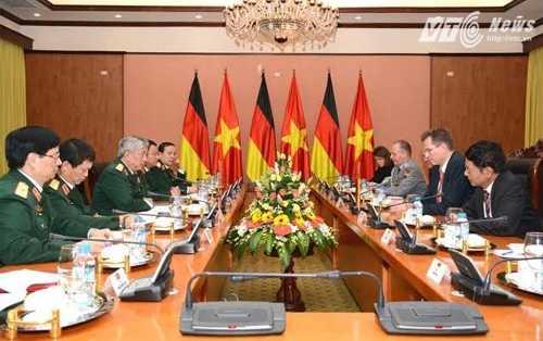 Đoàn đại biểu quân sự cấp cao Việt Nam hội đàm với Đoàn đại biểu cấp cao Bộ Quốc phòng Liên bang Đức - Ảnh: Hồng Pha