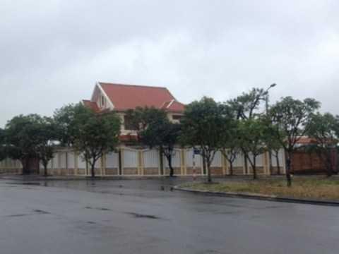 Ngôi biệt thự ở khối phố Mỹ Thạch Bắc nơi ông Lê Phước Hoài Bảo (Giám đốc Sở KH&ĐT Quảng Nam) sinh sống bị hai đối tượng đột nhập trộm 3 con chim chào mào.