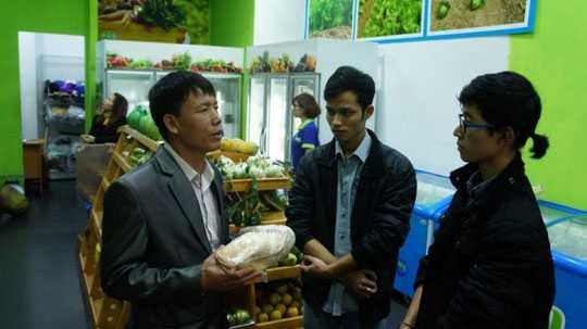 Ông Đoàn Văn Vươn tiếp thị sản phẩm thịt vịt nuôi tại nhà với cửa hàng ở Hà Nội. Ảnh: Nguyễn Hưởng