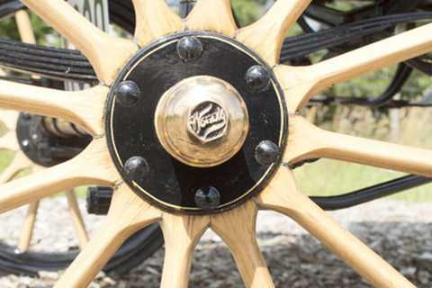 Chiếc xe điện được sản xuất năm   1905 mang tên Queen Victoria Brougham này chủ yếu với các vật liệu làm   từ gỗ. Mặc dù vậy nó vẫn hoạt động tốt sau 110 năm