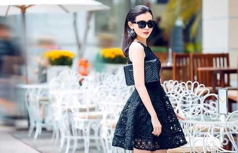 Nữ diễn viên diện váy đen phồng cổ điển mix cùng phụ kiện đồng tone màu.