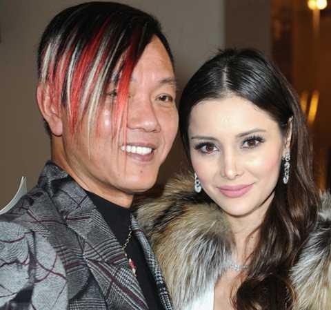 Deborah Valdez-Hung, vợ của Hung là một cựu siêu mẫu gốc Mexico, đang điều hành một công ty người mẫu riêng.