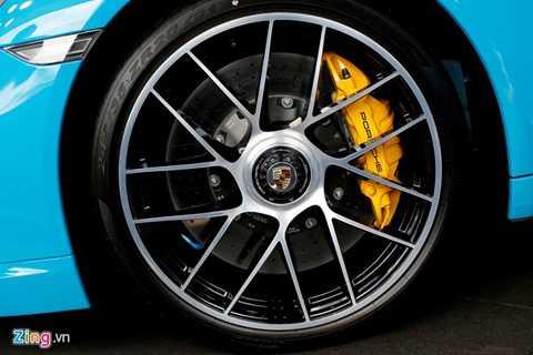 Bánh xe mới đường kính 20 inch với   cốt bánh được thay mới, tương tự trên siêu xe Porsche Carrera GT.Hệ   thống phanh gốm là trang bị tiêu chuẩn trên 911 Turbo S.