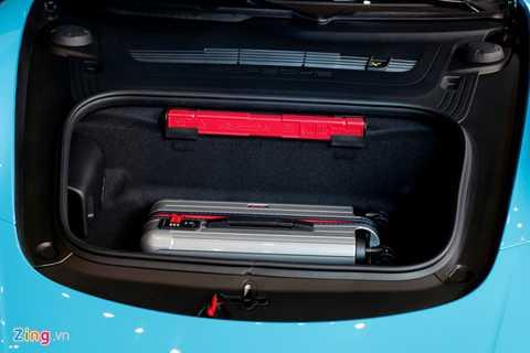 Ngoài băng ghế sau dành cho trẻ nhỏ, cốp trước cũng khá lớn, đủ đựng một chiếc vali và vài vật dụng cần thiết cho chuyến đi.