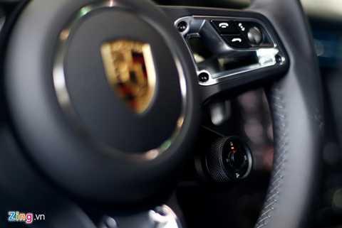 Bên trong cabin không có nhiều thay đổi   về phong cách nhưng được bổ sung nhiều tính năng lần đầu xuất hiện,   chẳng hạn núm chuyển chế độ lái trên vô lăng cho phép người lái lựa chọn   chế độ lái tiêu chuẩn, thể thao, thể thao cộng hay chế độ quen thuộc do   người lái tự lập trình. Công tắc này tương tự Manettino của Ferrari.