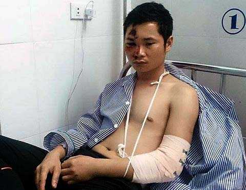 Anh Đặng Thành Chung bị các đối tượng truy sát ngất xỉu tại chỗ, được người dân đưa đến Bệnh viện cấp cứu