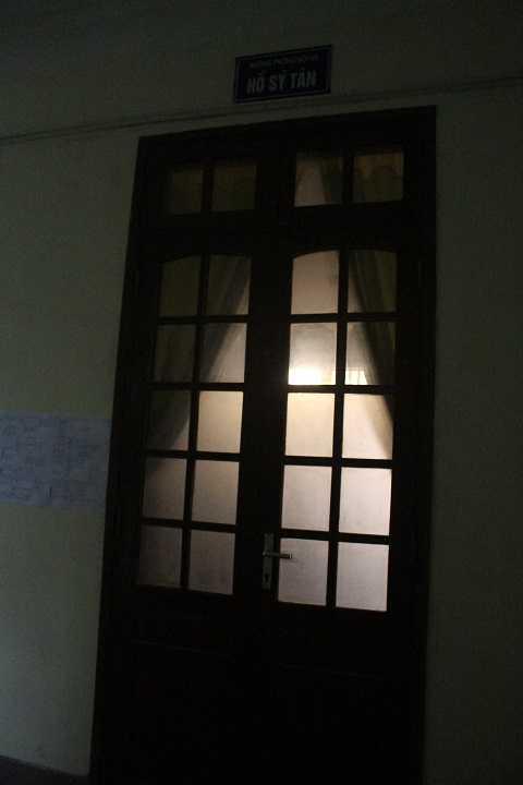 Cửa phòng làm việc của ông Hồ Sỹ Tân - Trưởng phòng nội vụ UBND TP Vinh khóa trái
