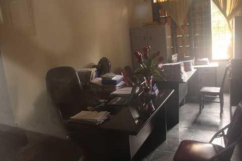 Bên trong một phòng làm việc của UBND TP Vinh, khi giờ làm việc vẫn còn, ảnh chụp qua ổ cửa kính