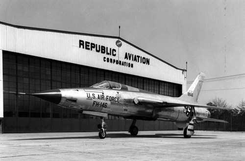 Chiếc F-105D đầu tiên (c/n 58-1146) lăn bánh ra khỏi nhà máy sản xuất.