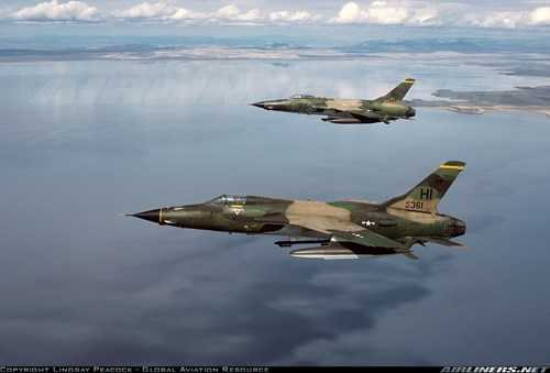 Từ những năm 1965, khi Mỹ tăng cường các chiến dịch ném bom trong chiến tranh Việt Nam, những chiếc F-105D được sơn màu xanh lục olive, xanh lục đậm và vàng nâu để phù hợp với quang cảnh rừng núi nhiệt đới và khiến khó phát hiện hơn khi nhìn từ trên xuống.