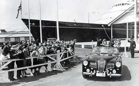 Chiếc Aston Martin Lagonda đã từng chở Nữ hoàng Anh và đưa đón con trai của hoàng thân Philip đến trường.