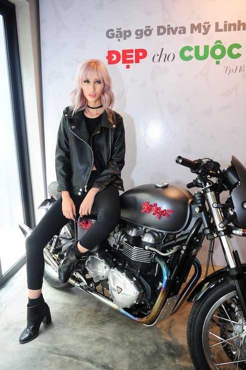 Người mẫu Hằng Nguyễn tái hiện lại một bối cảnh trong MV tại buổi họp báo.