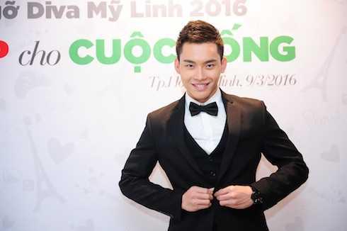 Giải Bạc Siêu mẫu Mạnh Khang cũng vừa giành giải Nhất cuộc thi 'Vẻ đẹp VTV' với tư cách biên tập viên của VTV6 giữ vai trò MC của sự kiện.