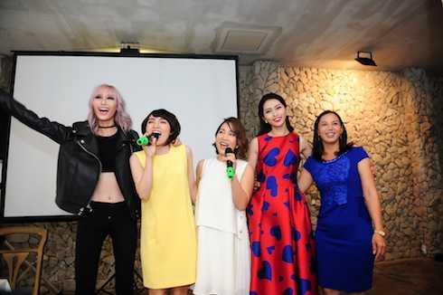 Hai cô trò Mỹ Linh - Nhật Thuỷ cùng các diễn viên, người mẫu hào hứng biểu diễn ca khúc 'Đẹp cho cuộc sống' tại buổi gặp gỡ.