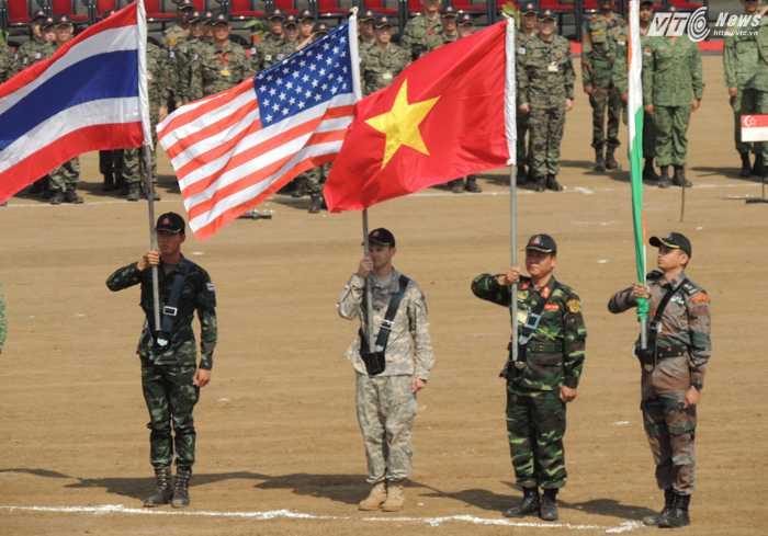 Thượng tá Hà Huy Khánh, Phó Lữ đoàn trưởng, Tham mưu trưởng Lữ 229/Binh chủng Công binh, Đội trưởng Đội Diễn tập Hành động mìn nhân đạo, rước quốc kỳ Việt Nam tại Lễ bế mạc
