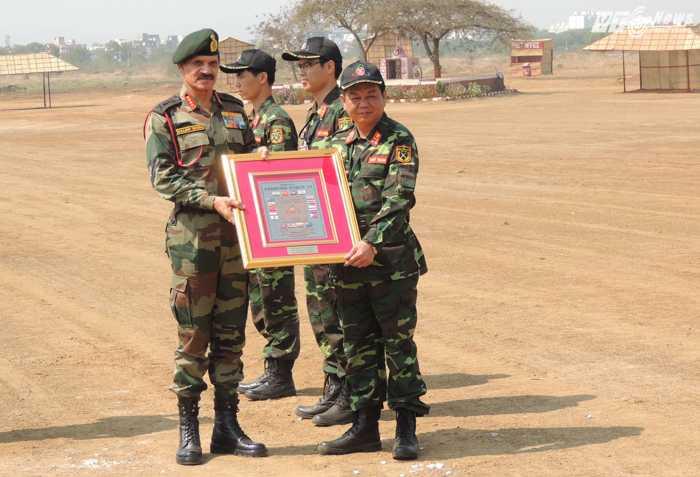 Đại tá Đỗ Trung Giáp, Phó Tham mưu trưởng Binh chủng công binh, Chỉ huy Đội diễn tập, thay mặt Đoàn Việt Nam, nhận kỷ niệm chương Diễn tập FTX-2016