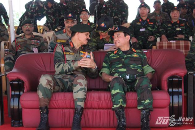 Đại tướng Dalbir Singh, Tư lệnh Lục quân Ấn Độ và Thượng tướng Võ Văn Tuấn, Phó Tổng tham mưu trưởng Quân đội Nhân dân Việt Nam dự Lễ bế mạc FTX-2016